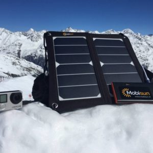 portable USB zonnepaneel in de sneeuw opladen powerbank en gopro charge power bank go pro lightweight portable USB solar panel snow winter mountain