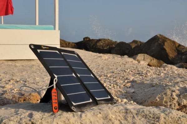 Mobisun USB zonnepaneel strand opladen powerbank