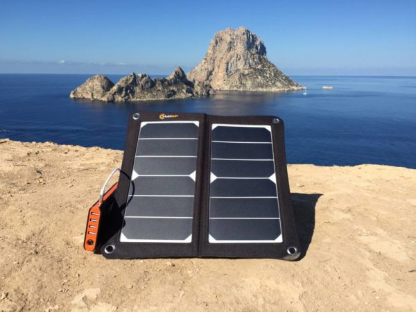 USB zonnepaneel opladen powerbank Es Vedra Ibiza mobile solar panel charge power bank Ibiza Es Vedra
