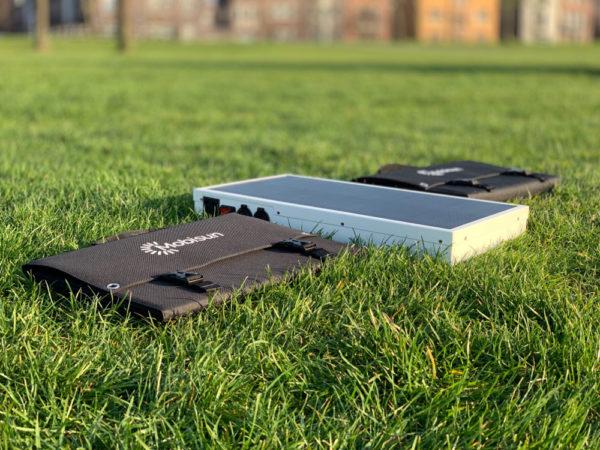 100W lichtgewicht draagbaar zonnepaneel Mobisun liggen in gras