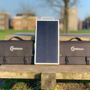 100W lichtgewicht draagbaar zonnepaneel Mobisun ingeklapt buiten Mobisun Pro