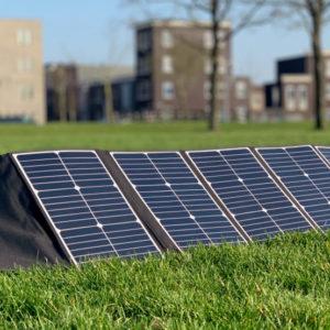 100W lichtgewicht draagbaar zonnepaneel Mobisun uitgeklapt buiten